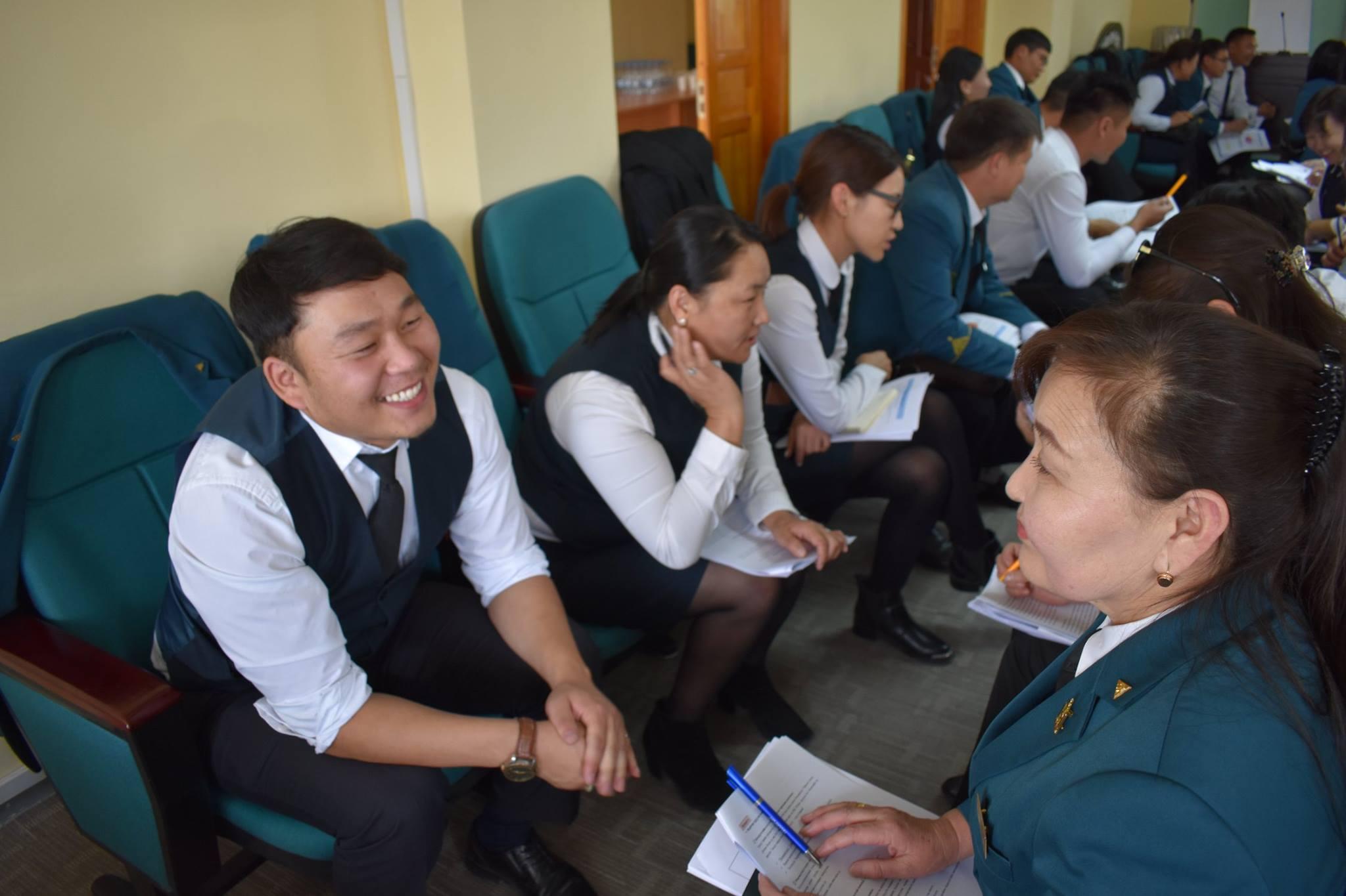 男性が笑顔で女性と話している