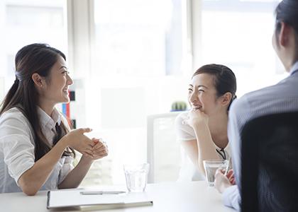 3人の女性が笑顔で話している